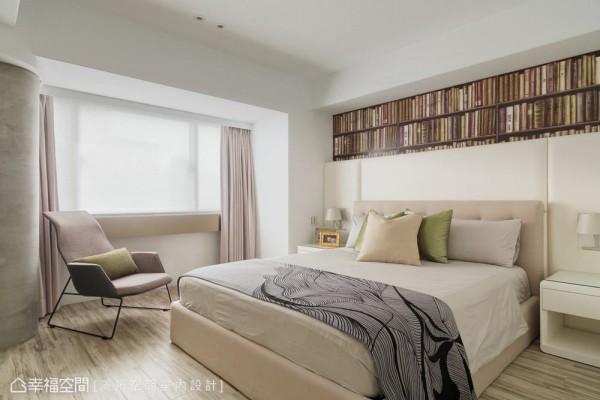 主卧的地坪选用木纹砖来增添温馨暖意,同时避免虫害的发生,让屋主住的安心也能兼具美感。
