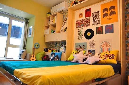 """折叠起来的双人床,平时可以隐藏起来作为装饰墙。床头的衣橱,裤子、领带、袜子,上衣都有自己专属的""""家"""",它们帮有志成为单身贵族的你,自然而然地井井有条。"""