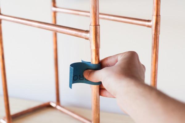 9. 用砂布或砂纸磨擦铜管的表面。任何灰尘都要清洁干净。