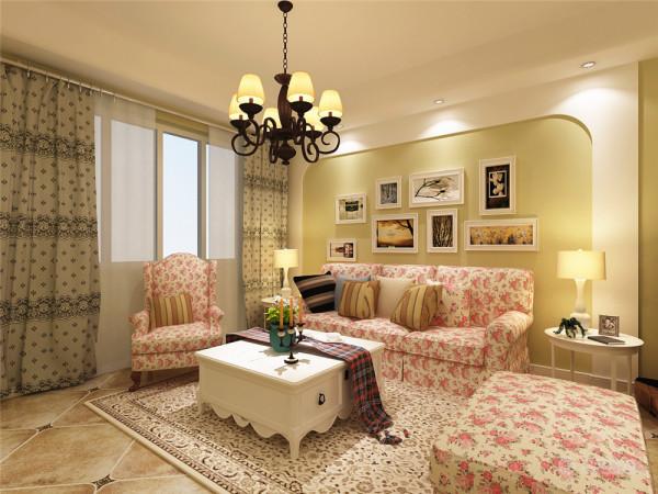 沙发背景墙用照片来装饰,电视背景墙做了简单的造型,同时增加了储物空间。