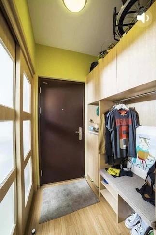 门玄关即惊喜连连,多层鞋柜,随身用品的专有阁柜,不封顶的壁橱,上面竟然能摆放进一辆自行车。这样的百纳风格几乎让所有的墙壁没有多余的留白,每一寸空间都得到很好的利用。