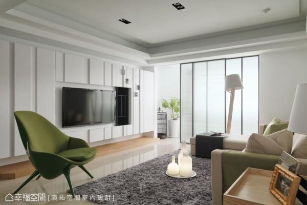 白净、带有沟缝线条的电视墙,是使用木作及美耐板所构组,视觉上利落简约,机能上左侧利用墙面深度作为鞋柜,右侧则利用缝隙间隔作为CD陈列架。
