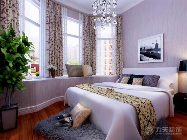 卧室都带有一个高650的飘窗台,业主平时可以品茶、娱乐,俯瞰窗外的美景,让人感觉十分休闲、惬意。