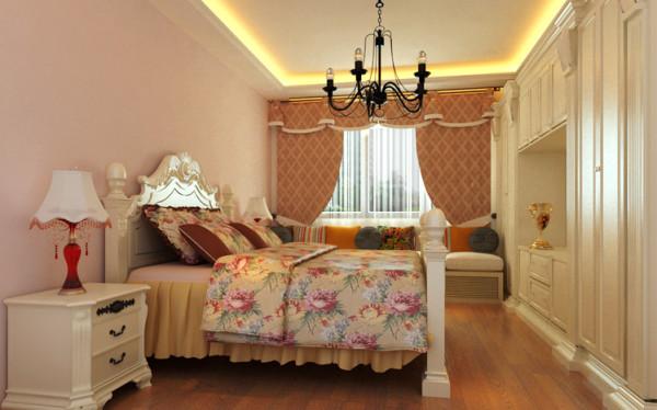 主卧作为业主休憩的场所,已不再需要过多的装饰,主要以实用舒适和功能性为主。一张床头床尾对应弧形凸起的大床,搭配碎花床品,轻松的定下了整个房间的格调