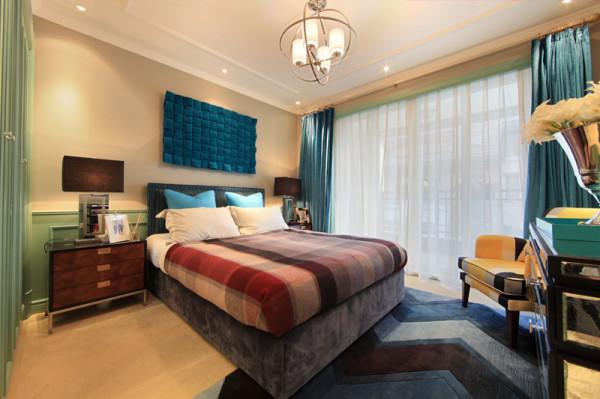 紫禁尚品软装设计卧室:床品布艺,地毯,装饰画及装饰艺术品通过选择深浅不一的优雅蓝绿色,为空间带来丰富的层次感,再加上格子花纹的羊绒床毯和单人沙发椅简约大气,品味时尚,达成了撞色和统一的和谐,十分惊艳。
