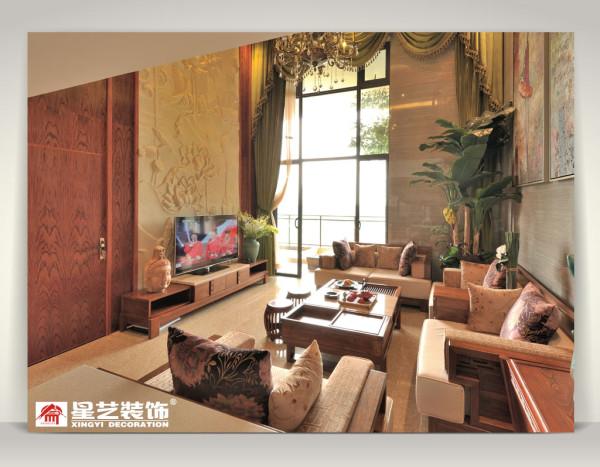 客厅经过精心布置。与电视背景相对的一面特意的设计,特定制的砂岩,找画家特别定制的抽象画,为客厅显得活泼生动,更通过突出饰品自身的魅力展示主人的富足和品位;