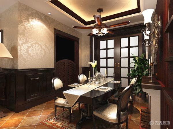 餐厅的背景通过餐边柜的表现形式。增加餐厅的品味提升。