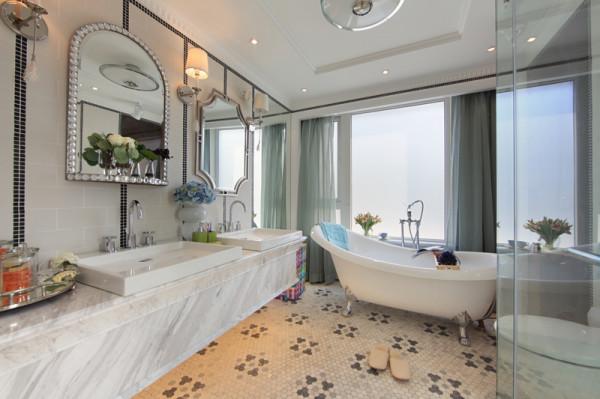 软装设计案例卫浴间:鲜艳的毛巾,彩色的纸巾盒,让空间不大的浴室营造出了明快的感觉。