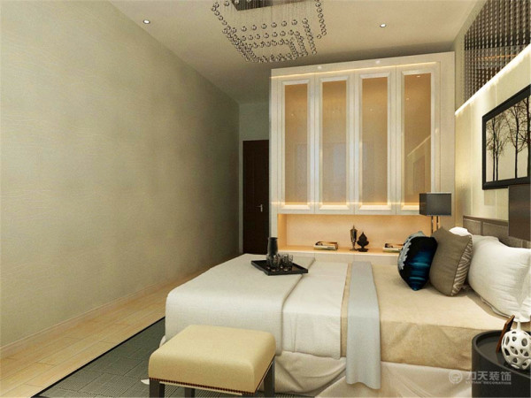 大气,时尚。黑白相涧的双人床,烤漆材质的床头柜,黑色的台灯,给业主创造了一个舒适的放松休闲的空间