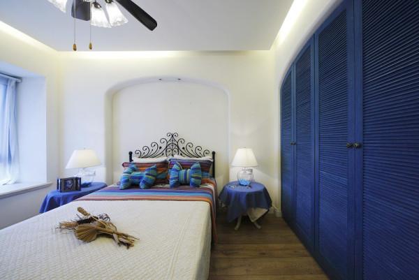 主卧衣柜门以深蓝色为主,突出风格的特性