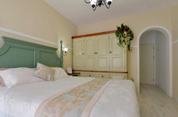 具尽量选用低彩度、线条简略且修边浑圆的木质家具。地上则多铺赤陶或石板。 马赛克镶嵌、拼贴在地中海特性中算较为绮丽的装修。