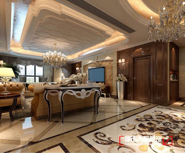 客厅的大部分在挑空结构之下,大面积的玻璃窗带来了良好的采光,落地的窗帘很是气派。