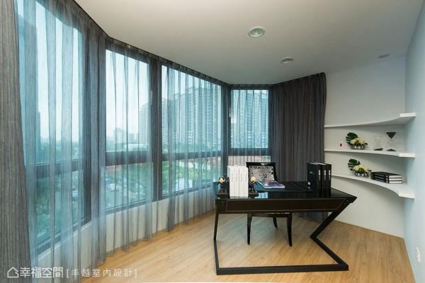 设计师利用原始的屋廓条件,独立出男主人期待的书房空间。