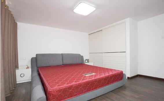 这个床垫好失败,是一套送过来的,很郁闷,楼主比较懒没去换,反正被单一铺看不出,这个房间是送的面积,层高只有2.2M