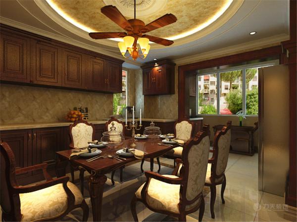 由于空间较大,做成了开放式厨房,餐厅的吊顶是大园顶,餐桌与橱柜都是一样的木质品,楼梯是很好的储物空间,这样充分利用了空间。整套户型体现了欧洲的文化内涵,营造出日常居家不同的感觉。