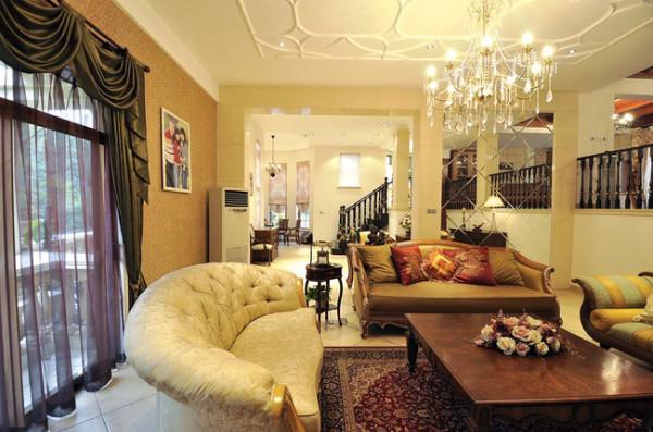 沙发体积较大,质地厚重,其颜色简洁明快,从这个角度看沙发的线条舒服自然,感觉很放松。