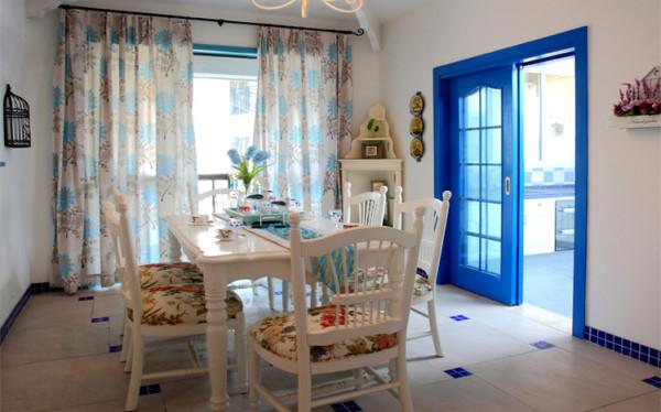 大面积的落地窗配上素花的纱帘,轻巧浪漫,绝佳的采光让用餐时光更加惬意美好。