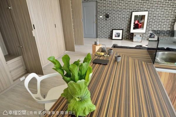 藉以线性语汇铺陈的台面设计,透过线条律动,延伸餐区与客厅关系。