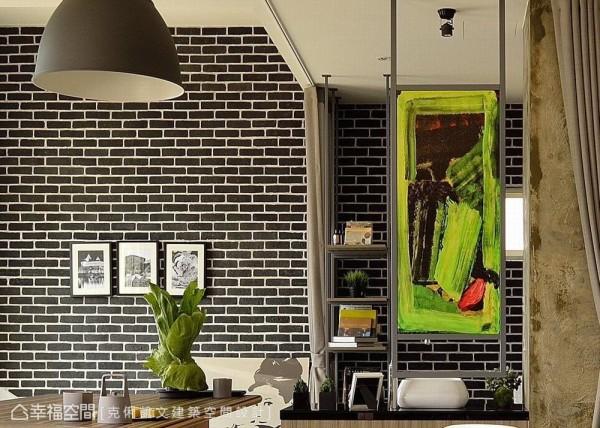 位居动线之上的盥洗台面,设计师蔡竺欣运用涂鸦手法,改写镜面的美背定义,展现出个性化的端景效果。