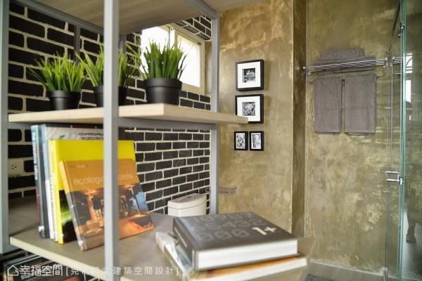 邻于马桶区旁的层架设计,悄悄为私密的如厕时光挹注了人文书香。