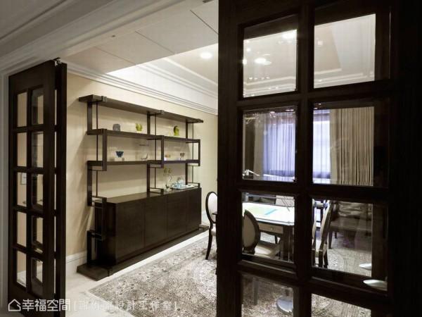 设计师以折门的方式区隔餐厅与书房空间,并能依照屋主的需求作为多功能的使用。