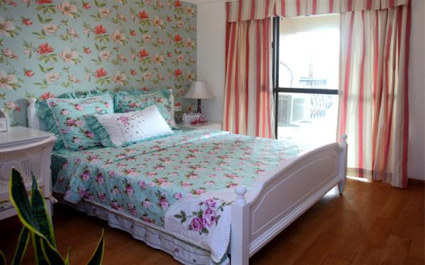 大面积的落地窗配上碎花窗帘的点缀,轻巧浪漫,绝佳的采光让卧室中的下午茶时光更加美好惬意。