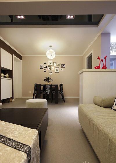 黑色餐椅配上银色花纹,尽显低调奢华。餐厅的照片墙设计,凸显主人的时尚品味。