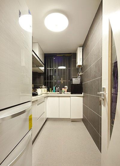 一字型厨房,也是以黑白简约色调为主。选择灰色墙面看起来比较耐脏。
