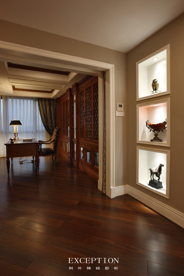 书房一角  两侧全开放的落地窗,自如开合着空间;简线条的木色书橱,酝酿着知识的力量,在珍藏一隅细数着历史长河。