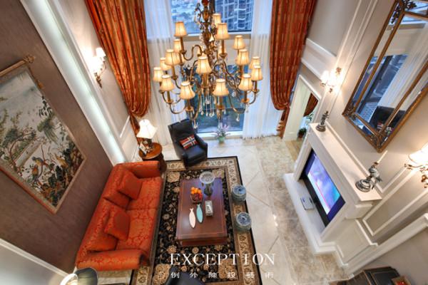 客厅俯瞰图  0.618分割空间的精致,壁炉电视的缝合,源起古典止于现代;微醺的灯光零落一地星光,在青花石墩一角散落温文尔雅。