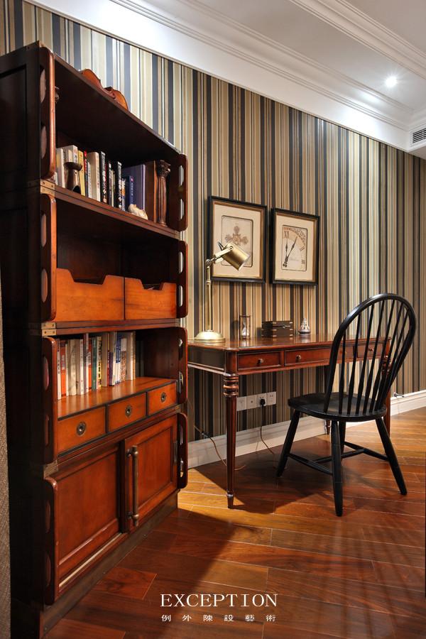 男孩房书桌一角  咖啡色和雅白为主的空间,蕴藏着浓郁的故旧情调。墙面以方格和直线突出线条感,柚木拼花地板随意零落道不出的华丽。