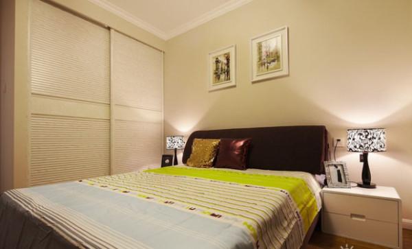 次卧面积较小,考虑到收纳空间,做了一个大衣柜,移门很方便。