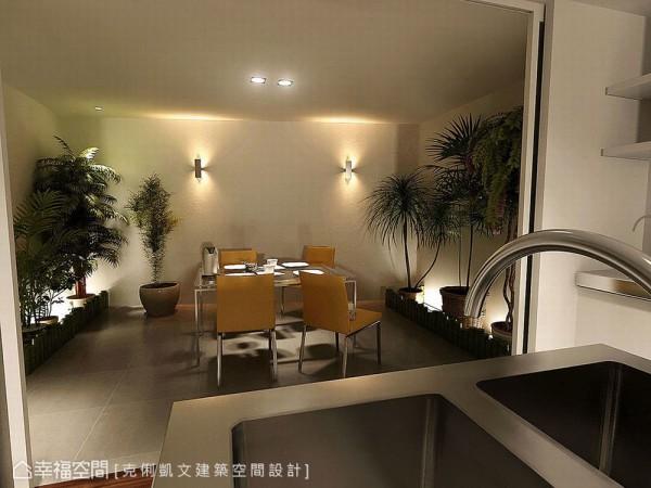 不同于一般居宅餐厅风貌,位居厨房左侧的用餐区块,设计师蔡竺欣植入绿意与光影变化,形塑着独特的用餐气氛。