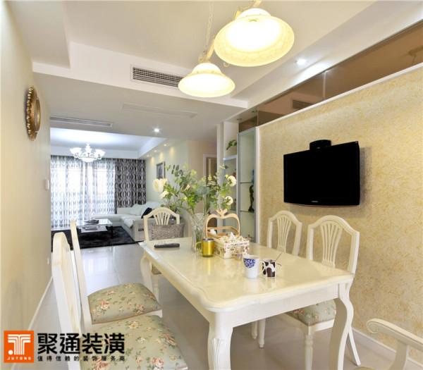 餐桌椅同样选择了纯白的色系。简洁的造型,弧度优美的桌腿。实木的材质,搭配灰色花朵图案的坐垫,甜美优雅的气息弥漫于其间。在这里用餐想必也美味几分。