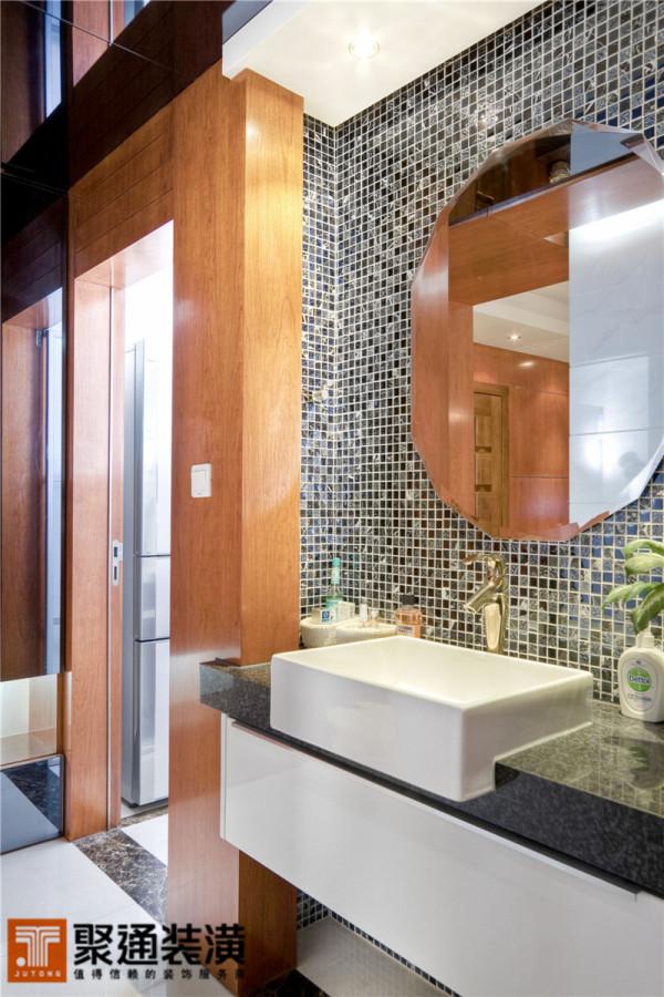 洗手的区域从面积不大的卫生间搬到新增的过道内,做成了干湿分离的合理效果。马赛克与冷交镜的搭配,提升了空间的凝练气质。