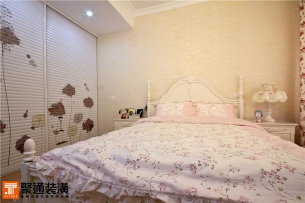 卧室里面到处散发着浪漫温馨的气息,白色的床上搭配着粉色的碎花床品。米色的墙纸,上面的图案若隐若现,台灯也选用同样的碎花灯罩,再配上那飘逸的碎花窗帘,甜蜜的公主梦在此诞生。