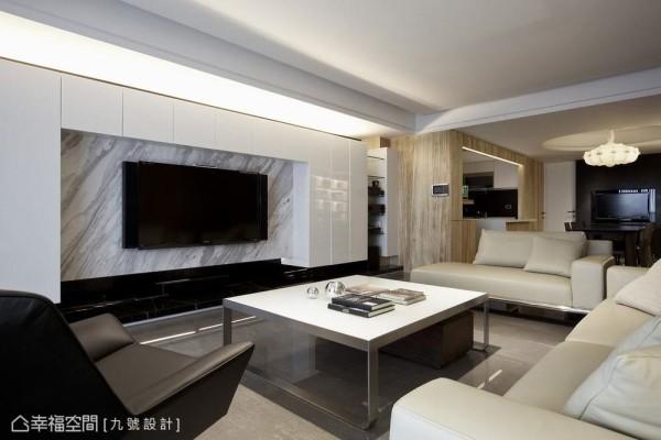 质感内敛的银狐石纹与白色烤玻柜面,激荡出空间主题的利落自信。