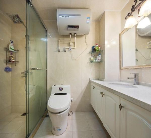 卫生间设计的是干湿分区,完美的阻断了撒乱的水,起到了防滑的作用,同时美观性也更好,整个卫生间简单大气,但是风格的特色还是可以在灯饰上和镜面的边框上体现。