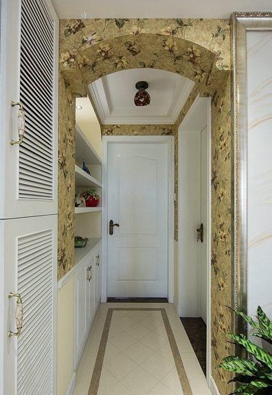 在玄关上也是处理的恰到好处,精美的圆弧拱门结合象牙白的枫木柜体,地面上顶面上的造型处理,每一步都显得精美和紧凑感。