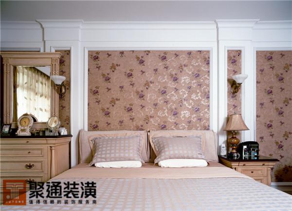 主卧床背景运用的这种线板与墙纸结合的手法来看,有典型宫廷欧式的色彩和味道。