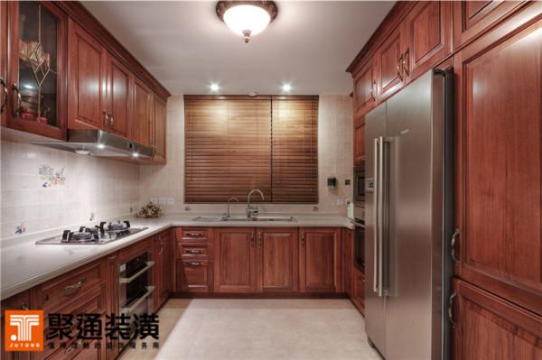 全套柚木实木橱柜,线条方正,质感细腻,大气奢华却低调温婉。
