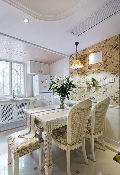 餐厅的设计上和客厅上的色调是一样的,花型的布艺沙发搭配墙面上的精美的欧式壁纸,欧式的家具都表现的非常的精美而时尚,白色为主色调,是餐厅在视觉上干净而清爽。