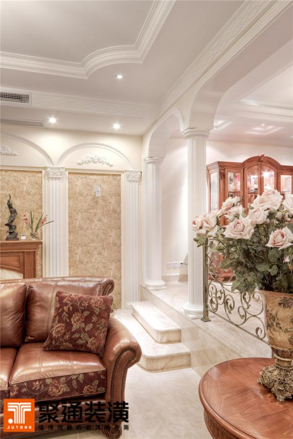 茶几与电视柜表面的木纹拼花精致、简洁。与木质家具同色调的皮沙发华美尊贵。电视背景墙两侧的装饰造型是美式异型窗的缩影,配上植物图案的壁纸,仿佛窗外令人神往的风景。