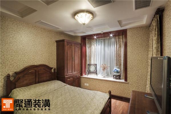 欧式壁纸、家具的卧室,却依着屋主的性子,在窗台摆放了中式的刺绣屏风、瓷器,在小射灯的聚设下,显出心爱之物的重要地位。