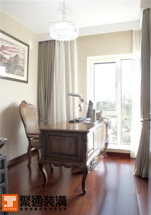 落地的转角大窗,让书房的采光提升到极佳的状态;厚实的窗帘又能保证想要静谧时,就有幽静的环境。欧式雕花的书桌椅、水晶灯与国画装饰在同一个空间,但却并不冲撞,都以沉稳的格调各居一隅。