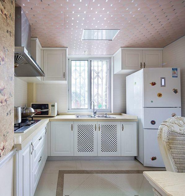 厨房的设计是开放式的厨房,和餐厅是链接在一起的,厨房的布置是相当的大气的,白色同样是主色调配上白色的橱柜和浅色系的吕扣吊顶,整个画面看上去十分的美观,实用性强。