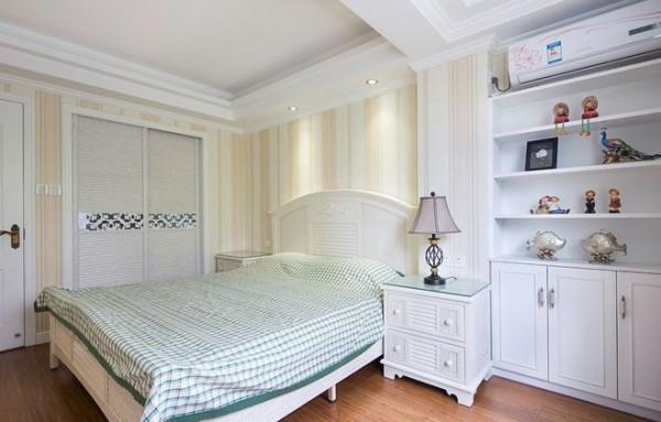 卧室的设计上就是选用的传统的欧式的铁艺床,这也是欧式田园风格的一大代表,墙面的壁纸也是经过精心的选择出来的,美观而不繁琐,和白色的柜体相当的搭配。使整个卧室完美结合相当的大气。
