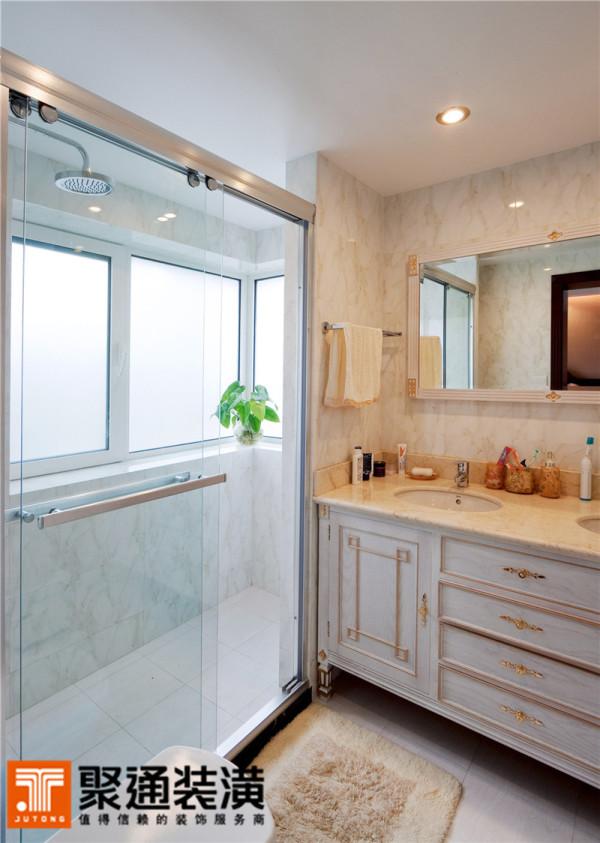 金棕色落在砖上,是仿大理石的逼真纹理;落在浴室柜上,是低调华丽的勾勒线条;落在镜框上,是装点棱角的几何图案。如果说跃动的金棕色是在提升空间的格调,那么充满生机的绿色是在提升心灵的自由度。