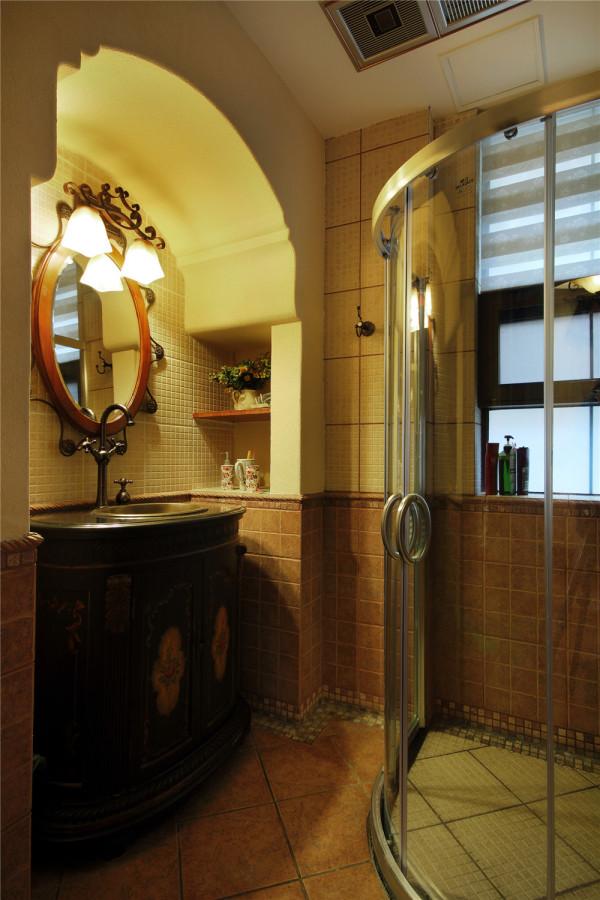 卫生间欧式造型的台盆,龙头。圆形的希腊神话中造型的太阳的镜子。