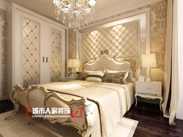 主卧的设计充满梦幻奢华感,深紫色的实木地板让整个卧室充斥着奢华感,米色主色调的家具和床品,让卧室弥漫着淡淡的温馨感与宁静感。